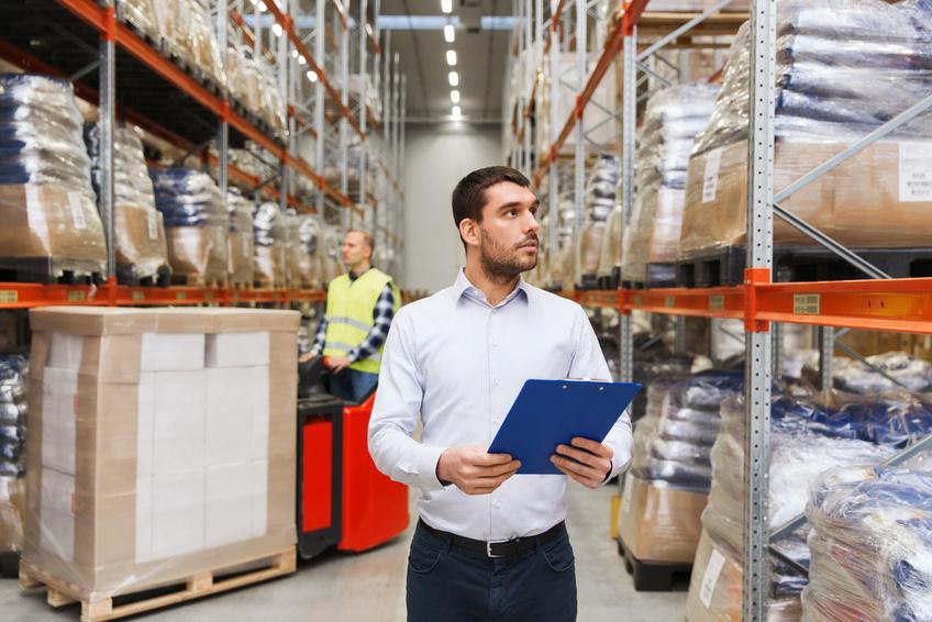 personnel vérifiant le contenu de l'entrepôt
